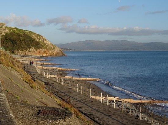 Glanllifon Bed & Breakfast: View along the coast