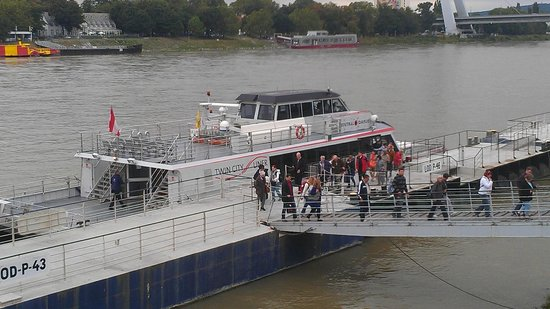 Twin City Liner : Boarding in Vienna