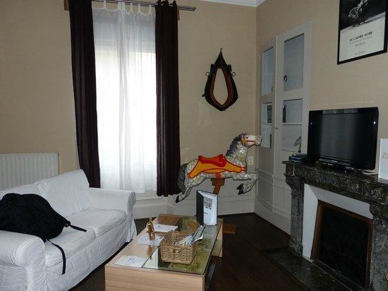 Les Epicuriens - chambres d'hotes : Sala do nosso apartamento; a mesa de centro transforma-se numa mesa para refeição
