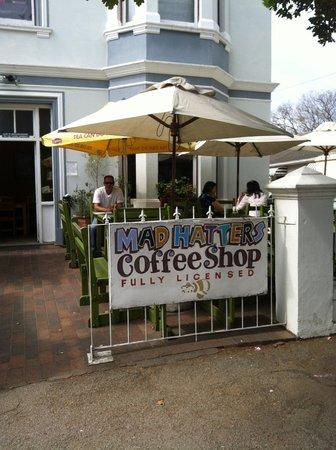 Madhatters Coffee Shop: fijn terras, wordt prima koffie geserveerd