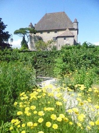 Jardin des Cinq Sens : Castillo de Yvoire desde el Jardín de los cinco sentidos