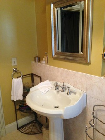 Morrill Mansion Bed & Breakfast: The bathroom of the Burnham Room is gorgeous!
