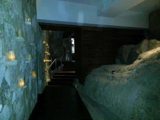 Sandos Finisterra Los Cabos: The Spa - Walking through a cave-like tunnel!