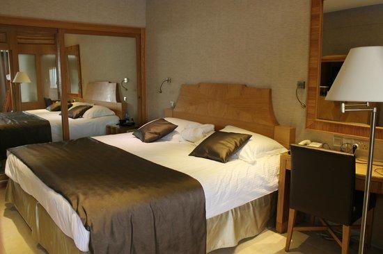 Adams Beach Hotel : Большая и удобная кровать