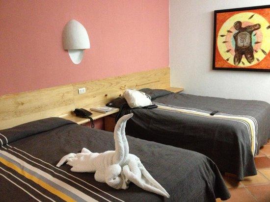 Axkan Arte Hotel : habitación minimalista muy comoda