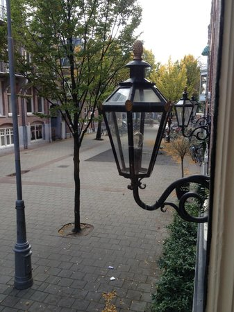 Hotel Fita: View from the room. Van Gogh Museum is just behind that lantern
