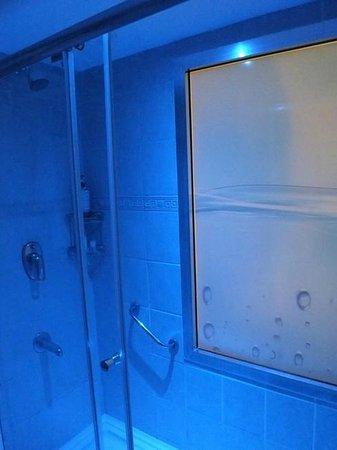 Blue Bay Platinum Hotel: prysznic / pokój 1202