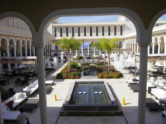 Gran Melia Palacio de Isora Resort & Spa: Vista del patio principal del hotel