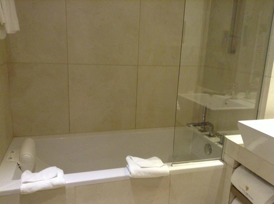 La Villa Maillot : la SDB avec baignoire et wc séparé