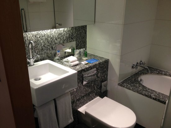 Park Plaza County Hall London: Nice modern bathroom with marble countertops