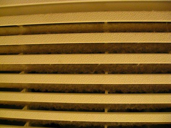 Holiday Inn Express Philadelphia E - Penns Landing: Dirty ventilation vents in the bathroom.