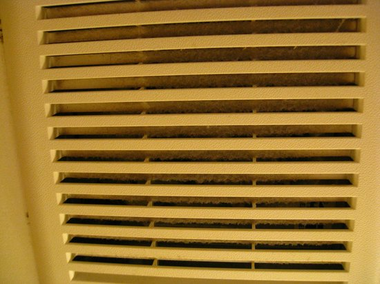 Holiday Inn Express Philadelphia E - Penns Landing : Dirty ventilation vents in the bathroom.