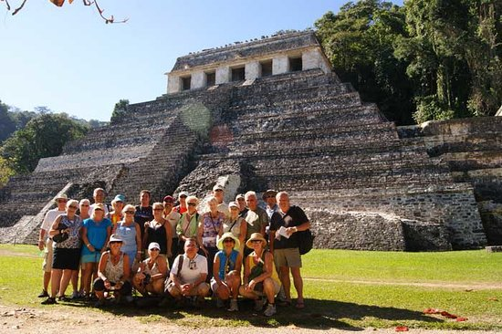 Melaque, เม็กซิโก: Group photo in Palenque on the Chiapas Tour