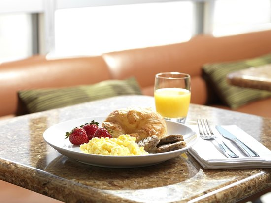 SpringHill Suites Anaheim Maingate: The complimentary breakfast offers choices for every taste.