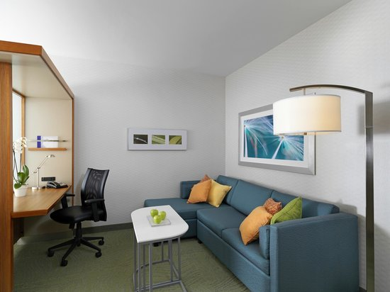 SpringHill Suites Anaheim Maingate: The separate work and living area with pull-out sleeper sofa.