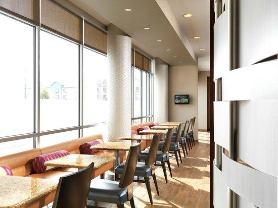 SpringHill Suites Anaheim Maingate: Breakfast area.