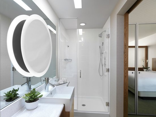 SpringHill Suites Anaheim Maingate: Our spacious and well-lit bathrooms come with complimentary Paul Mitchell amenities.