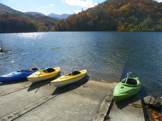 Sweetberries Bed and Breakfast: Kayaking on Lake Chilhowee