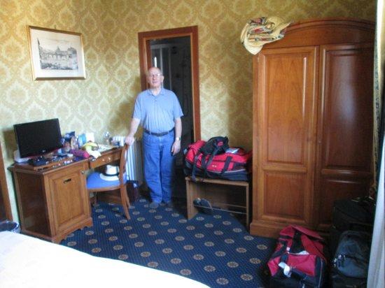Hotel Raffaello: Inside room, looking from balcony toward bathroom