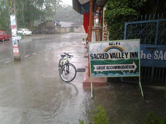 Sacred Valley Inn Pokhara: In the rain!