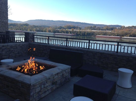 SpringHill Suites Chattanooga Downtown/Cameron Harbor: Enjoying the scenery by the outside patio.