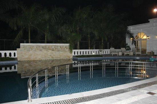 Ninh Binh Legend Hotel: Pool by night