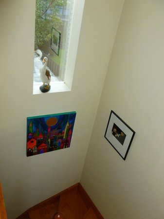 Kensington B&B: Artworks on the stairs down to the lower room