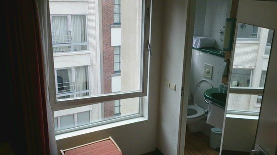 Ibis Antwerpen Centrum: Room and view
