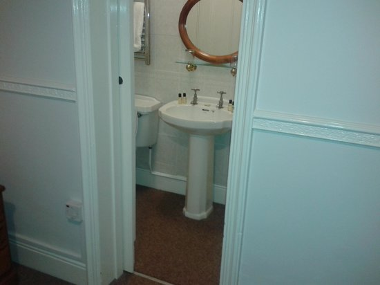The Shrubbery Hotel : Bathroom Cupboard!!