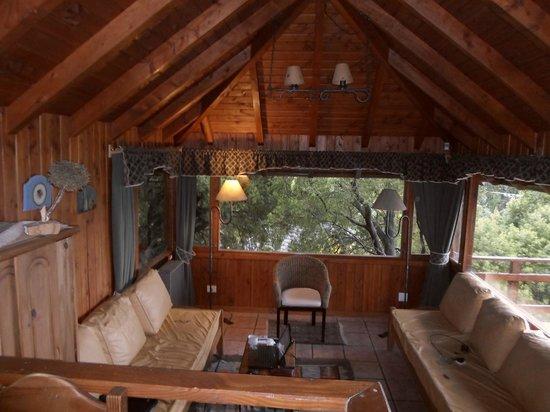Apart Hotel Cabanas Balcon al Lago: el living visto desde el comedor a unos escalones de altura