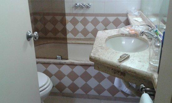 Hotel Klee: Baño con bañera y ducha