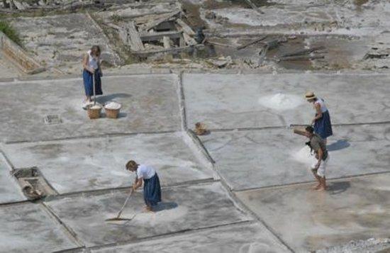 Salinas de Anana, Hiszpania: Recogiendo sal