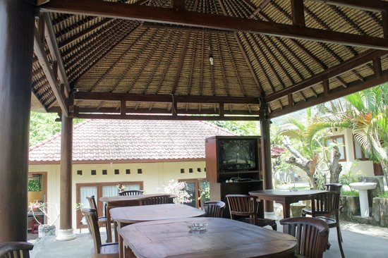 Ayu Guna Inn : Mesas do restaurante