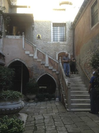 Residence Palazzo Odoni: Entry to hotel (after these steps, there are another 20+ inside!)
