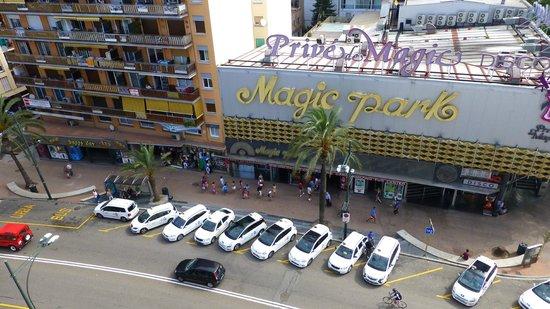 Xaine Park Hotel: улица напротив отеля