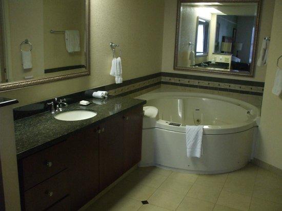 Hilton Grand Vacations at the Flamingo: clean bath.