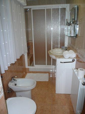Ba o completo con ducha fotograf a de la pandi a moa a - Bano completo precio ...