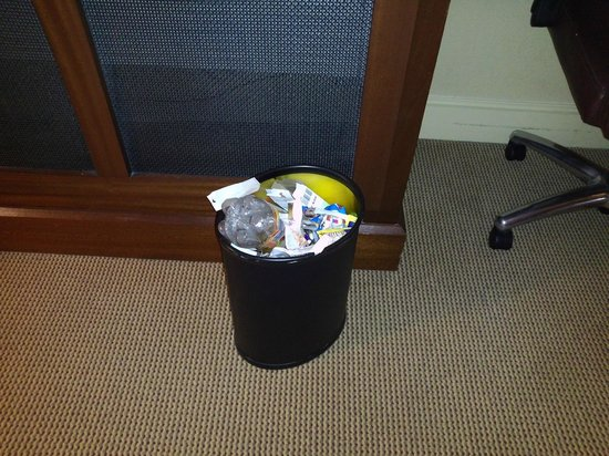 Sheraton Baltimore Washington Airport Hotel - BWI: Unexceptable! Trash was not removed for 3 whole days