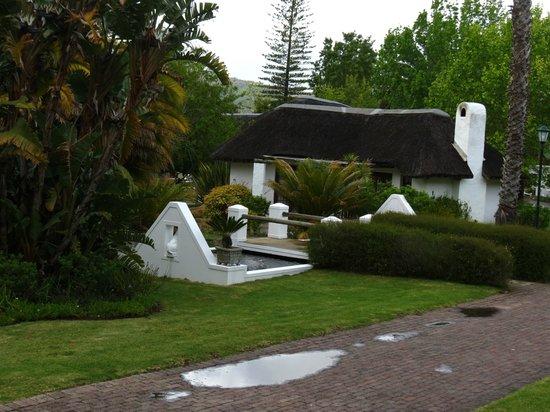 Knysna Hollow Country Estate : garden/bungalow