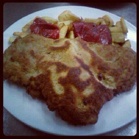 Restaurante Traslavilla: Cachopo Traslavilla con guarnición de patatas y pimientos