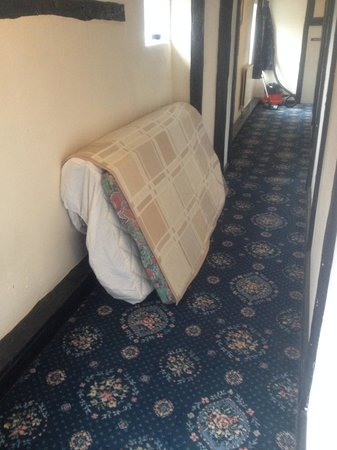 Kings Lodge Hotel: Matress on landing outside room - fire escape