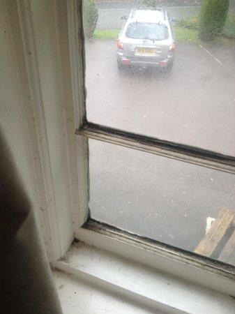 Kings Lodge Hotel: dirty window frame