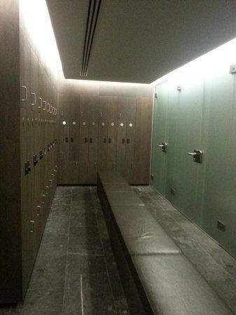 Waer Waters: vestiaire avec armoire et douche spacieuse à 35° avec porte savon et coin pour accrocher ses aff