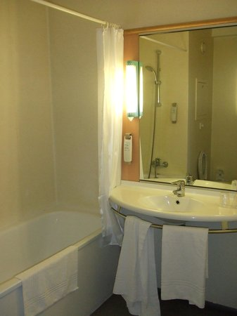 Ibis Paris Pantin Eglise: bathroom