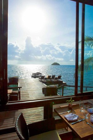 Deep Blue Restaurant: View towards Crab Caye