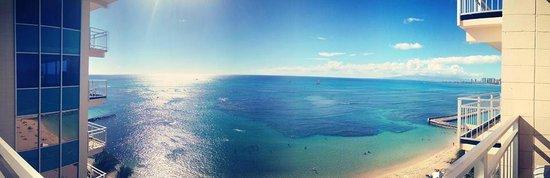 The New Otani Kaimana Beach Hotel : Beach view room #718 7th floor. PERFECT