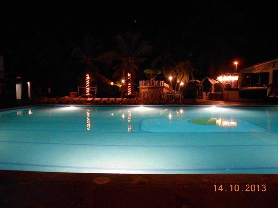 Hotel Vista Playa de Oro Manzanillo: alberca noche