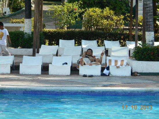 Hotel Vista Playa de Oro Manzanillo: Camastros con sombra