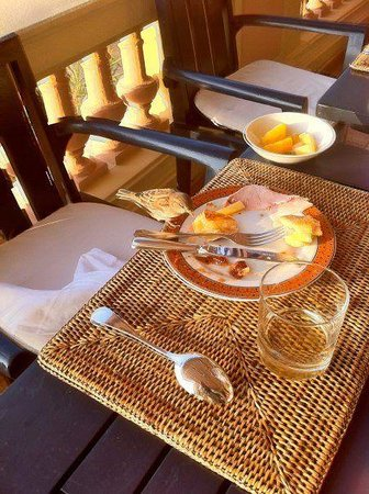 Hotel Royal-Riviera : Sharing my breakfast with a little bird