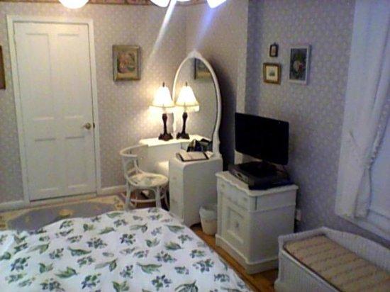 The Sea Spray Inn: lavender room